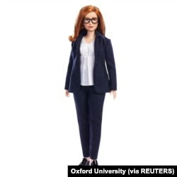 Boneka Barbie yang dibuat mirip dengan Sarah Gilbert, Profesor Universitas Oxford yang ikut merancang vaksin Oxford/AstraZeneca. (Foto: Oxford University/via Reuters)