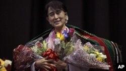 Lãnh tụ đấu tranh cho dân chủ Miến Điện Aung San Suu Kyi trong buổi gặp người Miến Điện ở thành phố Fort Wayne, tiểu bang Indiana 25/9/12