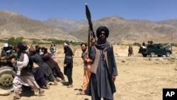 Des soldats talibans montent la garde dans la province du Panjshir, au nord-est de l'Afghanistan, le mercredi 8 septembre 2021. (AP Photo/Mohammad Asif Khan)