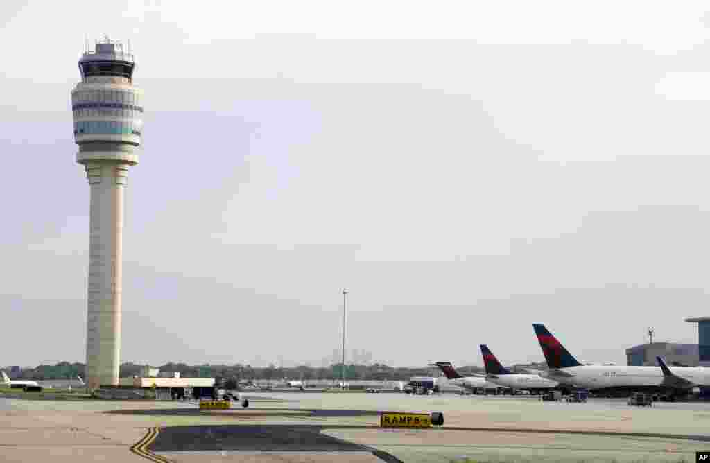 حکام کے مطابق ریاست جارجیا کے شہر اٹلانٹا کے 'ہارٹس فیلڈ – جیکسن اٹلانٹا انٹرنیشنل' کی بجلی اتوار کی دوپہر ایک بجے اچانک منقطع ہوگئی تھی جس کے باعث ہوائی اڈے پر پروازوں کی آمد و رفت مکمل طور پر معطل ہوگئی تھی۔