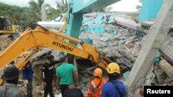 Spasioci tragaju za žrtvama u srušenoj zgradi bolnice u Zapadnom Sulavesiju