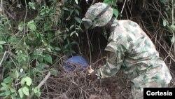 Un soldado desactiva un cilindro bomba colocado por la guerrilla en Miranda, en Cauca. [Foto: Fuerza de Tarea Apolo, Miranda-Cauca]