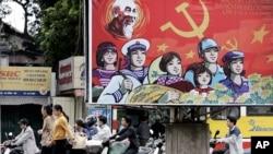 2006年4月16日越南人騎車經過巨型宣傳海報(資料照片)