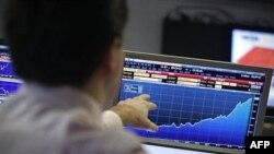 Portugalski berzanski posrednik prati situaciju na tržištu vladinih obveznica