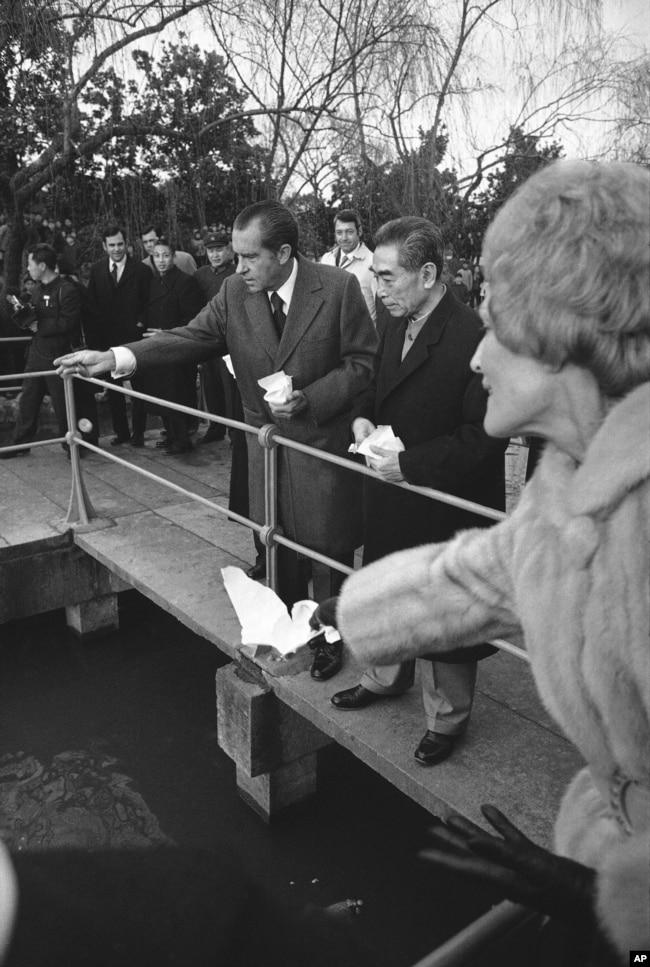 1972年2月26日中國總理周恩來陪美國總統尼克松遊覽杭州西湖,在花港觀魚景點餵魚