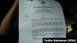 Dokumen kenaikan pangkat luar biasa polisi korban aksi terorisme bom bunuh diri. (VOA/Yudha Satriawan)