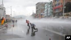 2015年9月14日,尼泊尔首都加德满都选民议会外面,尼泊尔警察使用水枪驱散试图进入禁区内的印度教抗议者。