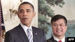 Tổng thống Obama (trái) loan báo việc bổ nhiệm ông Gary Locke