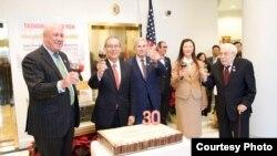 台湾驻美代表高硕泰夫妇与宾客举杯致意(TECRO)