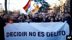 """კატალონიელ ლიდერთა მხარდამჭერი მიტინგი მადრიდში, ესპანეთის უზენაეს სასამართლოსთან. წარწერა ბანერზე: """"არჩევანი დანაშაული არ არის""""."""