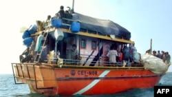 Para pencari suaka asal Sri Lanka tujuan Australia berlabuh di dekat pelabuhan Dili, Timor Leste Juli tahun 2012 (foto: dok).
