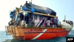Những người xin tỵ nạn tìm cách đến Australia bằng tàu thuyền thường bị giữ lại tại hòn đảo nhỏ bé Nauru ở Thái Bình Dương hoặc đảo Manus ở Papua New Guinea.