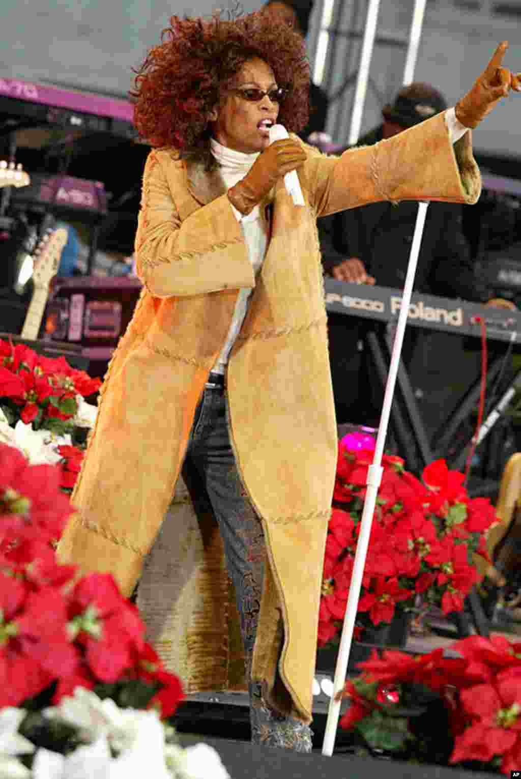 "Whitney Houston performing songs from her new album ""Just Whitney"" for ""Good Morning America"" in New York, Sunday, Dec. 8, 2002. (AP)"