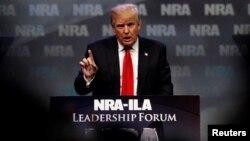 Donald Trump berbicara pada pertemuan NRA di Louisville, Kentucky, Jumat (20/5).