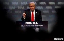 Donald Trump phát biểu tại một hội nghị của Hiệp hội Súng Quốc gia (NRA) ở thành phố Louisville, bang Kentucky, ngày 20 tháng 5, 2016