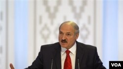 Presiden Belarus Alexander Lukashenko mendapat kecaman yang meningkat dari negara-negara Barat.