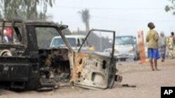Un véhicule incendié à Maputo, Mozambique, 4 septembre 2010.