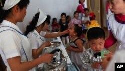 지난 2013년 5월 북한 평앙에서 유니세프가 지원하는 식량을 배급받는 아동들. (자료사진)