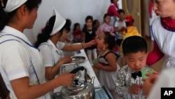 지난 5월 북한 평양에서 유니세프가 지원하는 식량을 배급받는 아동들. (자료사진)