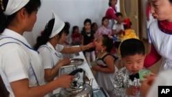 지난 5월 북한 평앙에서 유니세프가 지원하는 식량을 배급받는 아동들. (자료사진)