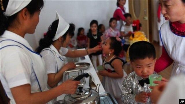지난해 5월 평양 보육원의 아동들이 유니세프가 지원하는 비타민A와 기생충 예방 약을 받고 있다. (자료사진)