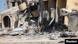 2일 리비아 시르테에서 군인들이 ISIL과의 교전으로 파괴된 건물을 살피고 있다. (자료사진)