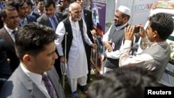 Afg'oniston Prezidenti Ashraf G'ani (markazda) Mintaqaviy iqtisodiy hamkorlik konferensiyasi qoshida tashkil etilgan ko'rgazmada, Kobul, 4-sentabr, 2015-yil.