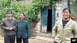 疑似官方有意公佈的陳光誠與母親妻子合照(資料圖片)
