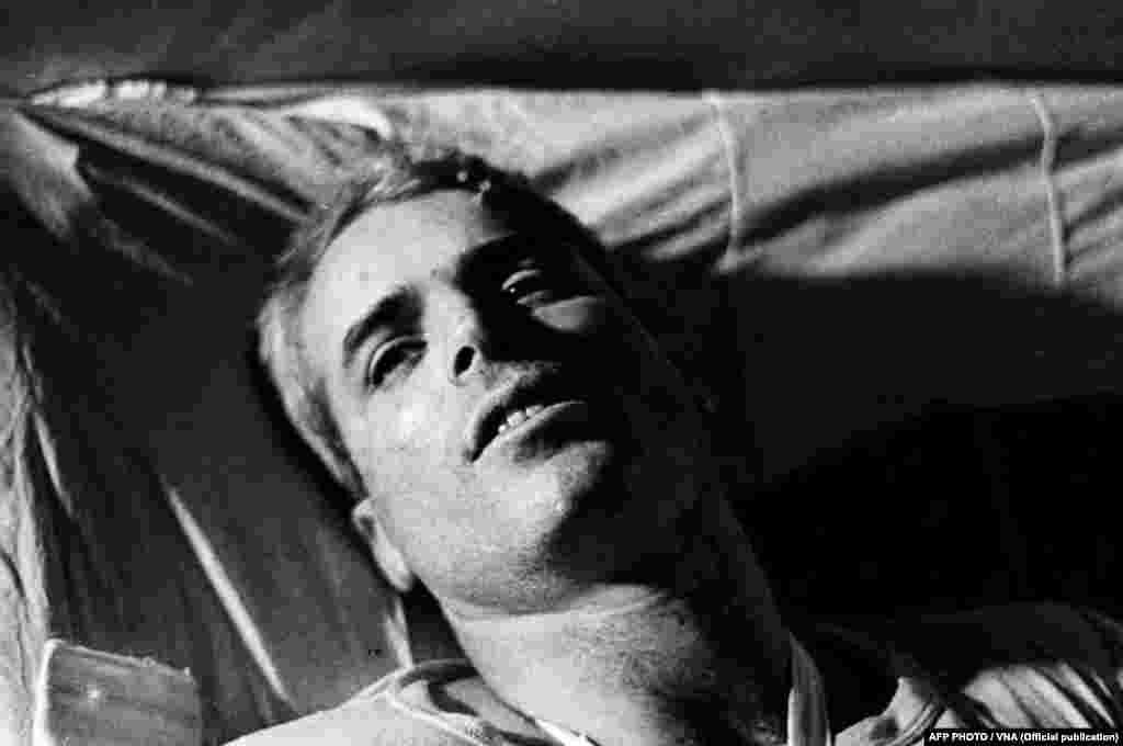 Bức hình chụp năm 1967 cho thấy ông McCain nằm trên giường trong một bệnh viện ở Hà Nội trong khi được chữa trị thương tích.