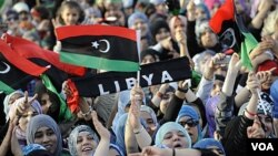 Warga Libya di Benghazi melambai-lambaikan bendera baru saat merayakan deklarasi bebasnya Libya (23/12).