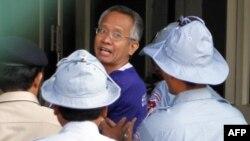 Ông Veera Somkwamkid (giữa) ra tòa ở Phnom Penh