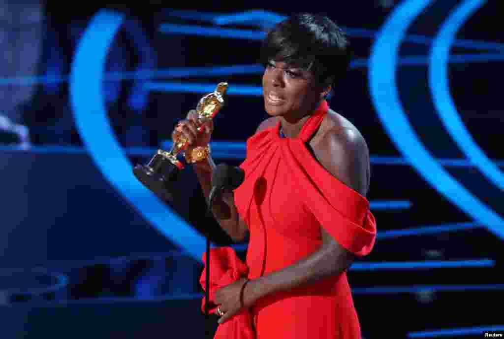 """Aktris Viola Davis menerima penghargaan aktris pendukung terbaik berkat aktingnya dalam film """"Fences""""."""