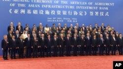 Presiden China Xi Jinping menghadiri penandatanganan pendirian Asian Infrastructure Investment Bank (AIIB) atau Bank Investasi Infrastruktur Asia, yang dilakukan oleh para menteri keuangan/ekonomi negara-negara pendirinya di Beijing, Senin (29/6).