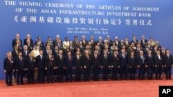 지난 6월 29일 중국 베이징 인민대회당에서 아시아인프라투자은행 협정문 서명식이 열렸다.
