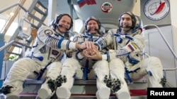 El astronauta de la NASA, Kevin Ford (izquierda), junto a su compañeros rusos Oleg Novitskiy (centro) y Evgeny Tarelkin, quienes llegarán el 25 de octubre a la EEI para unirse a la actual tripulación.