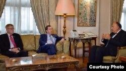 에드 로이스 미 하원 외교위원장(가운데)과 폴 쿡 외교위 소위원장이 최근 이집트를 방문하고 사메 쇼쿠리 외무장관에게 북한과의 관계 축소를 촉구했다. 하원 외교위 제공 사진.