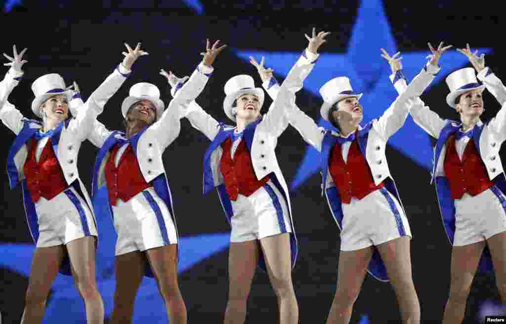 """纽约无线电城音乐厅的火箭女郎舞蹈团( The Radio City Rockettes )在川普夫妇主办的,以""""自由""""为题的就职舞会上表演舞蹈(2017年1月20日)。她们身穿红白蓝三色的服装。 2017年1月20日唐纳德·川普宣誓就职美国总统,总统和第一夫人当晚举办了三场舞会。火箭女郎舞蹈团接受邀请在就职舞会上跳舞。"""