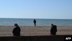 2020年3月24日人们在英格兰南部布莱顿海滩保持距离