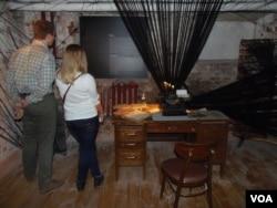 莫斯科古拉格博物馆陈列的桌椅、打字机,以及文件等复制品,放映大清洗时苏联秘密警察的审讯场景 (美国之音白桦)