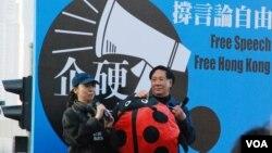 最近被電台解僱的前時事節目主持人李慧玲(左)星期日出席反滅聲遊行 (美國之音湯惠芸拍攝)