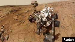 ລົດສຳຫຼວດ Curiosity ຢູ່ດາວພະອັງຄານຂອງຕົນ ຂອງອົງການ NASA ກໍາລັງຖ່າຍຮູບຢູ່ ໃນວັນທີ 3 ກຸມພາ 2013