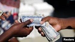 Acha ak vant lajan sou fwontyè Ayiti ak Sen Domeng. Foto: REUTERS/Eduardo Munoz (DOMINICAN REPUBLIC)