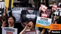 Para pengunjuk rasa hukum anti-aborsi menuntut penghapusan undang-undang aborsi di depan pengadilan konstitusi di Seoul, Korea Selatan, 11 April 2019.