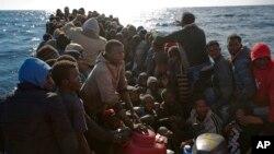 Di dân Libya chen chúc trên chiếc thuyền cao su chờ đợi được giải cứu từ tổ chức Phi Chính Phủ Proactive Open Arms ở vùng biển Địa Trung Hải, 27/1/2017.
