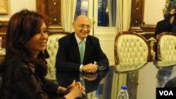 Presiden Argentina Cristina Kirchner (kiri) dan Menlu Hector Timerman mempertimbangkan tawaran kerjasama Iran.