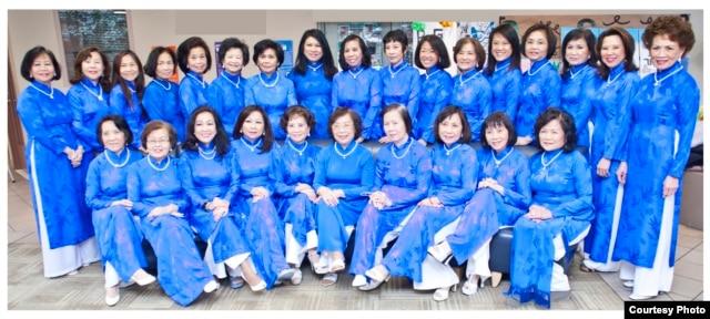 Các cựu học sinh Trưng Vương tại lễ tưởng niệm Hai Bà Trưng