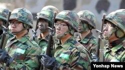 지난해 1월 종합각개전투훈련 시작에 앞서 교관의 설명을 듣고 있는 육군 제39보병사단 신병훈련소 훈련병들.