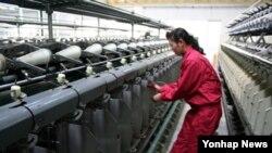 첫 남북합영회사인 평양대마방직의 북한 근로자. (자료 사진)