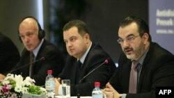 """Ministar za ljudska i manjinska prava Svetozar Čiplić govori u prisustvu ministra unutrašnjih poslova Ivice Dačića i stalnog predstavnika UNDP-a Vilijama Infantea na otvaranju dvodnevne konferencije """"Antidiskriminacija u Srbiji: presek i perspektive"""" Prog"""