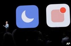 """Craig Federighi, vicepresidente de Ingeniería de Software de Apple muestra el nuevo modo """"no molestar"""" para el iPhone o iPad."""